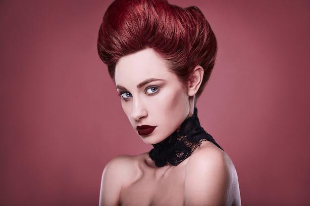 Mulher ruiva elegante beleza com penteado e usando colar de jóias