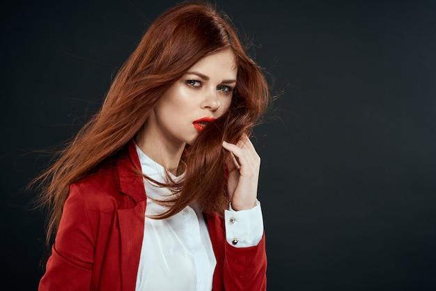 Mulher ruiva elegante com jaqueta vermelha