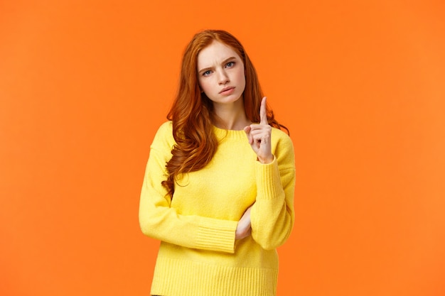 Mulher ruiva expressar desaprovação como agitar o dedo para alguém com cara de brava decepcionada