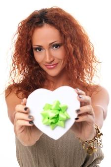 Mulher ruiva feliz com caixa de presente