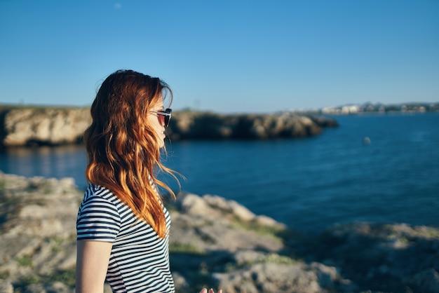 Mulher ruiva férias montanhas paisagem mar cortada modelo de vista