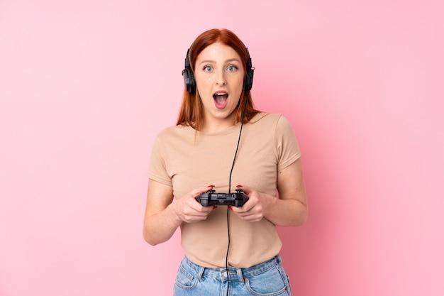 Mulher ruiva jovem jogando videogame