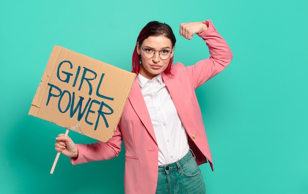 Mulher ruiva legal com placa de energia feminina