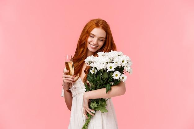 Mulher ruiva linda, sensual e feminina, segurando um lindo buquê de flores