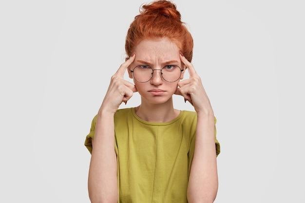 Mulher ruiva mal-humorada e rabugenta com expressão de raiva