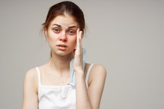 Mulher ruiva máscara facial médica close-up frio. foto de alta qualidade