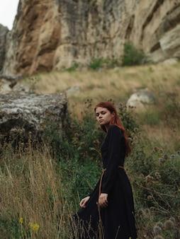 Mulher ruiva nas montanhas caminhando estilo de vida de férias