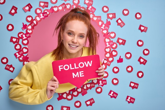 Mulher ruiva pede para seguir blog na internet, mulher leva vida ativa nas redes sociais, recomendo seguir