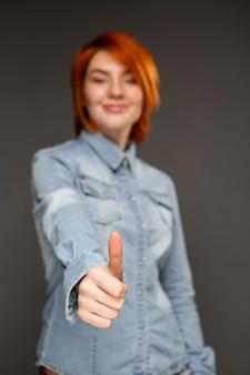 Mulher ruiva satisfeito polegares para cima
