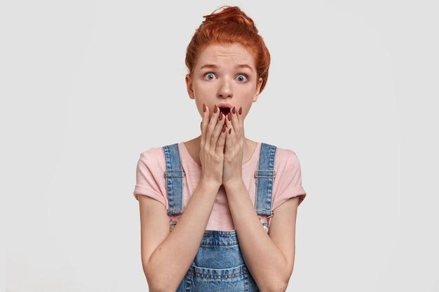 Mulher ruiva surpresa e nervosa com expressão assustada