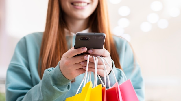 Mulher ruiva usando telefone moderno