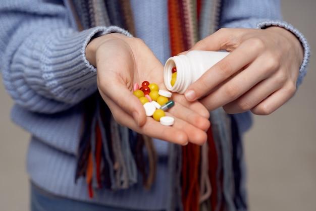 Mulher ruiva, vírus da infecção da gripe, luz de fundo de cuidados de saúde