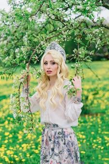 Mulher russa elegante com vestido tradicional de folclore nacional e cocar kokoshnik eslavo no jardim