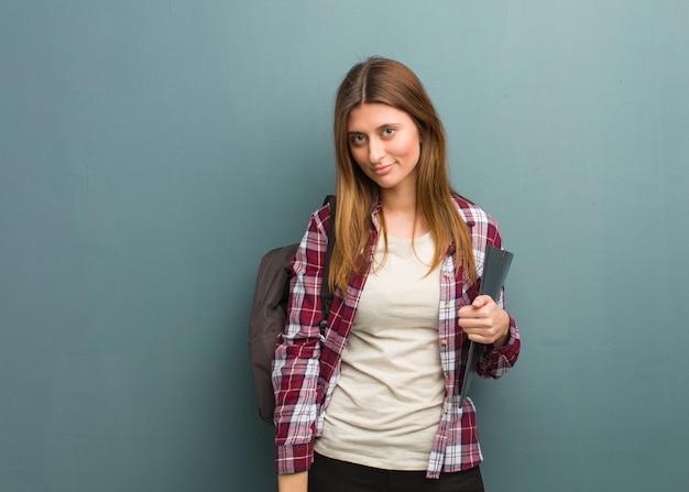 Mulher russa jovem estudante olhando para a frente
