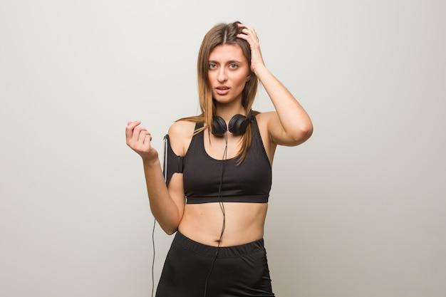 Mulher russa jovem fitness preocupado e oprimido