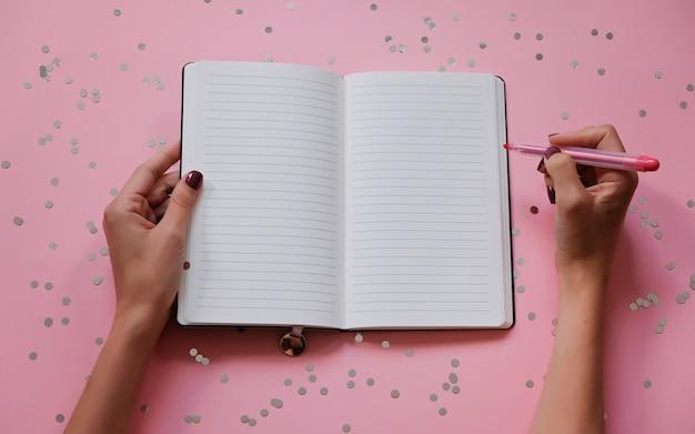 Mulher s, mãos, com, perfeitos, manicure, segurando, highlighter, e, notepad