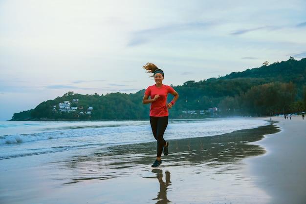 Mulher, sacudindo, malhação, praia, de manhã