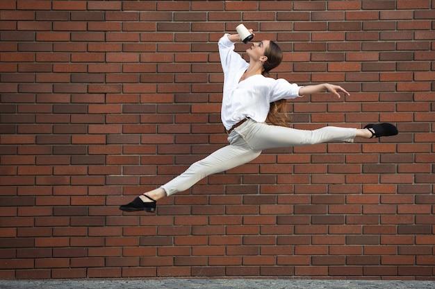 Mulher saltitante na cidade, dançarina de balé