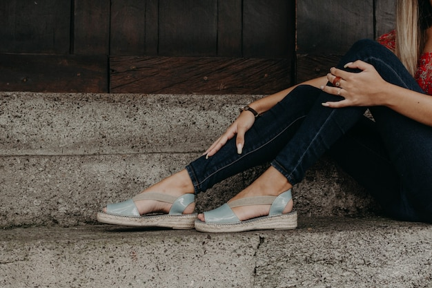 Mulher, sandálias desgastando