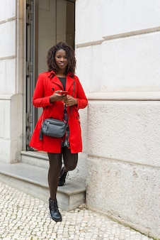 Mulher satisfeita com smartphone olhando