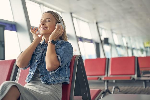 Mulher satisfeita com um sorriso no rosto enquanto ouve música