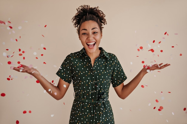 Mulher satisfeita sorrindo sob confete