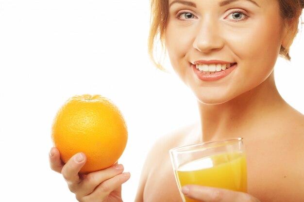 Mulher saudável, conceito de alimentação e dieta, bebendo suco de laranja