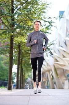 Mulher saudável correndo ao ar livre na cidade