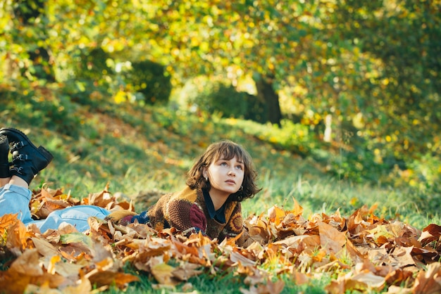 Mulher saudável e natural beleza bom tempo ensolarado outono retrato de mulher jovem feliz na floresta em ...