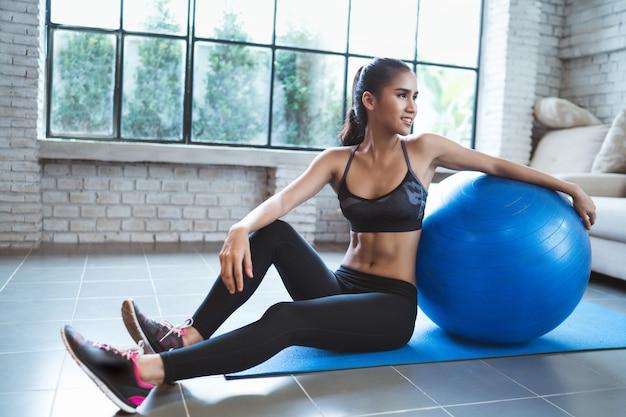 Mulher saudável ela se exercita em casa