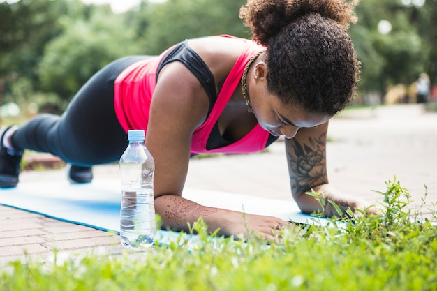 Mulher saudável fazendo exercício ao ar livre