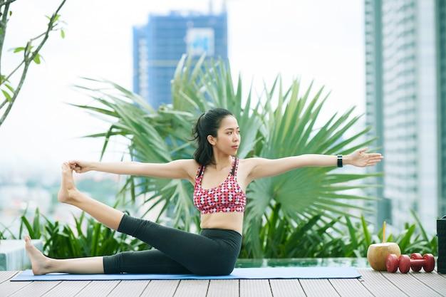 Mulher saudável fazendo exercícios