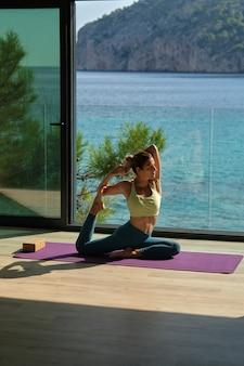 Mulher saudável fazendo ioga em pose de sereia
