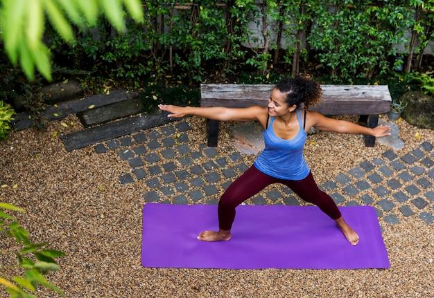 Mulher saudável, fazendo, ioga