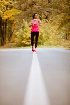 Mulher saudável fitness treinamento para maratona ao ar livre no beco