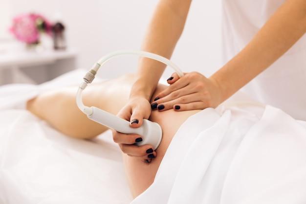 Mulher, saúde e beleza, hardware, massagem anticelulite, rf, levantamento, procedimento, esteticista, guia