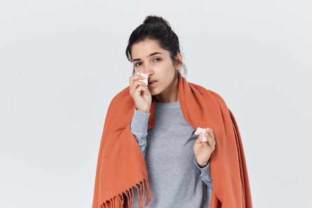 Mulher se cobriu com um cobertor frio corrimento nasal gripe problemas de saúde