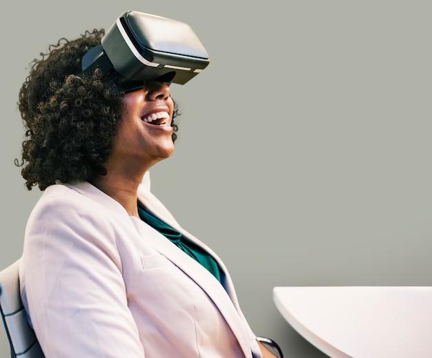 Mulher se divertindo com um fone de ouvido de realidade virtual