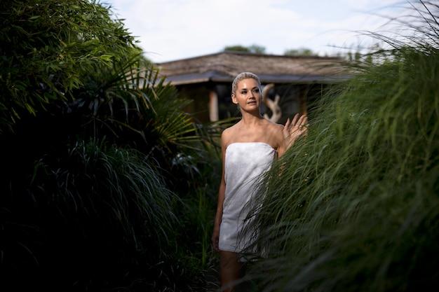 Mulher se divertindo em um hotel spa ao ar livre