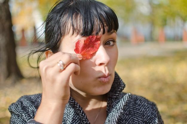 Mulher se divertindo em um parque da cidade de outono