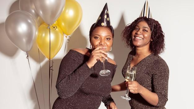 Mulher se divertindo feliz festa de aniversário