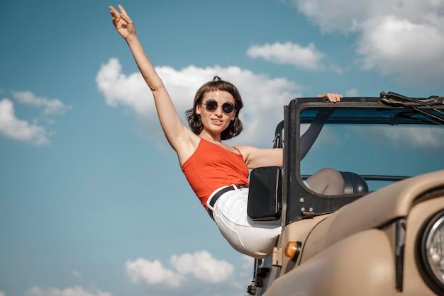 Mulher se divertindo viajando de carro