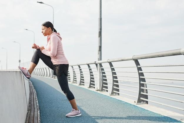 Mulher se exercitando ao ar livre