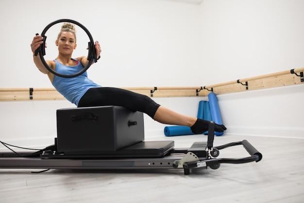 Mulher se exercitando com anel de pilates