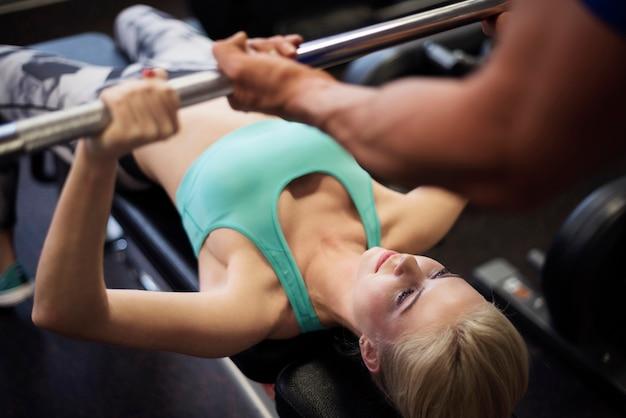 Mulher se exercitando no banco de musculação