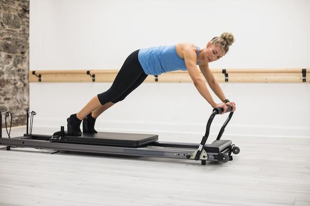 Mulher se exercitando no reformador