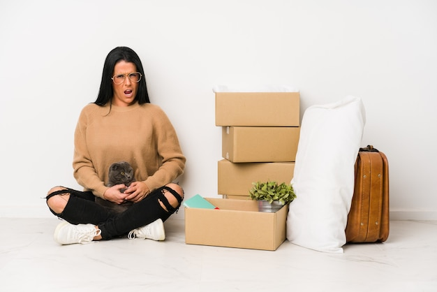 Mulher se mudando para casa, isolada no fundo branco, gritando muito zangada e agressiva.