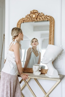 Mulher se olhando no espelho com roupas novas