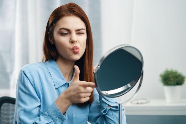 Mulher se olhando no espelho, cosméticos, cuidados pessoais