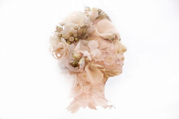 Mulher se preparando para composição de casamento com flores